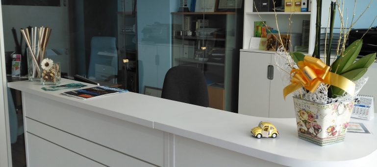 mostrador de atención en autoescuela logo en Viveiro